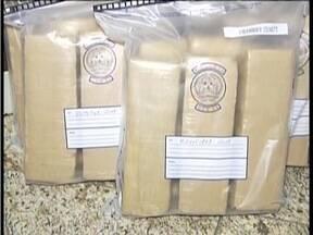 Dois homens são presos com 68 tabletes de maconha na BR-381 - Droga era transportada em um carro e seria entregue em Valadares.