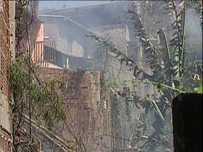 Incêndio destrói casas no Centro de Ipatinga - Homens que faziam capina em lote vago atearam fogo em um bambuzal, e o incêncedio se alastrou.