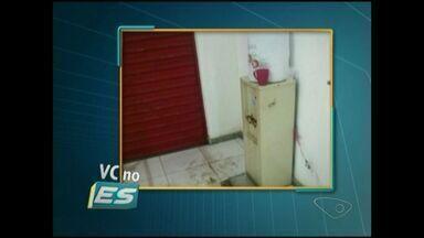 VC no ESTV: bebedouro do CRAS de Alto Zumbi está estragado, em Cachoeiro, Sul do ES - A bandeja onde a água deveria cair está estragada e um tabuleiro foi colocado no chão para conter a água.