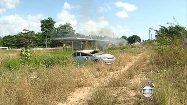 Carro capota e bate em moto na PE-15, em Olinda - Motorista tinha sinais de embriaguez, segundo a polícia.
