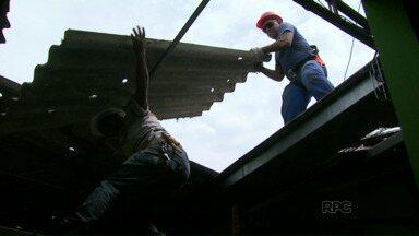 Quase um mês depois do temporal escola estaduais começam a trocar as telhas - Também será feita uma revisão na parte elétrica
