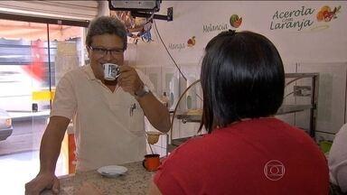 Cliente que for gentil ganha desconto no café em loja de Campo Grande - Dona está vendendo duas vezes mais todos os dias. Em outra lanchonete, não há controle do consumo; pagamento é feito na base da confiança.