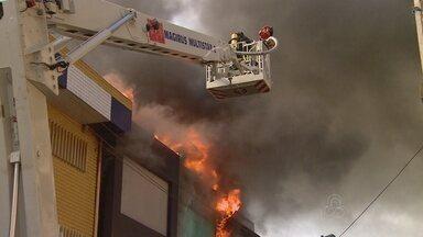 Fogo em prédio no Centro Histórico de Manaus é controlado - Trabalhos de rescaldo foram finalizados por volta das 17h desta sexta. Prejuízo com incêndio chega a R$ 5 milhões, diz empresário.