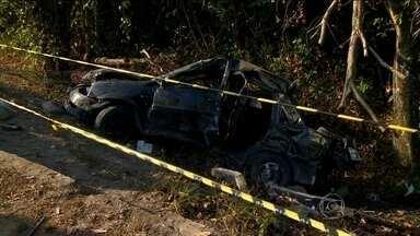 Acidente de carro deixa cinco mortos em Manaus - Eles estavam voltando de uma festa. Segundo técnicos em trânsito, eles estavam em alta velocidade, perderam o controle do carro e, ao bater na proteção de um poste, foram arremessados para fora da avenida.