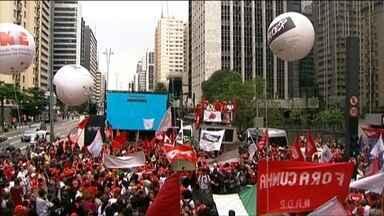 Protesto interdita Avenida Paulista e ruas do centro da capital - No começo da tarde, os manifestantes ocuparam a Paulista, no sentido Paraíso, entre as ruas Pamplona e Joaquim Eugênio de Lima. O protesto foi organizado por movimentos da Frente Brasil Popular.