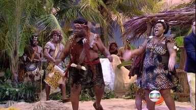 Canibais (Cacau Protásio e Serjão Loroza) aparecem na ilha - Os dois revelam aos náufragos que são de uma tribo canibal