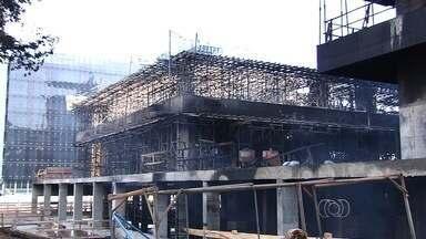 Incêndio atinge prédio em construção do TRT em Goiânia - Chamas começaram em madeiras que seriam usadas na obra. Não houve feridos; bombeiros levaram cerca de 5h para apagar o fogo.