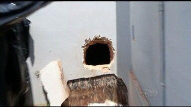 Grupo cava túnel sob banco e leva dinheiro do cofre em Jataí, GO - Criminosos usaram um maçarico para abrir buraco na porta e roubar valores. Eles invadiram casa sem morador e fizeram acesso até corredor da agência.