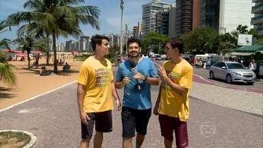 Antônio e Manoel são gêmeos idênticos e adoram confundir os outros - Repórter André Curvello conversa com a mãe deles, que brinca: 'Até hoje me confundo'