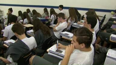 Mudança no resultado de questões do vestibular da UEM revolta alunos - Só na prova de Conhecimentos Gerais, 12 das 40 questões sofreram alteração no resultado