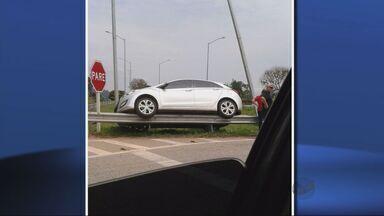 Carro fica sobre guard-rail na BR-459, em Pouso Alegre (MG) - Carro fica sobre guard-rail na BR-459, em Pouso Alegre (MG)
