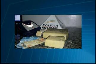 Vídeo registra abordagem de policiais no Bairro Geraldo Veloso em Formiga - Eles encontraram um menor com posse de drogas em um táxi. Suspeito foi apreendido e encaminhado para a delegacia; material foi apreendido.