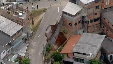 Mais de 20 famílias são obrigadas a deixar casas condenadas no Subúrbio - Uma cratera se abriu no bairro de Boa Vista do Lobato após explosões para a construção de um túnel na região.