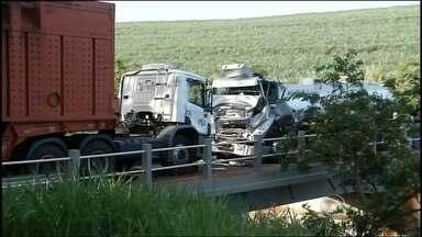 Motorista de caminhão-tanque morre após acidente em ponte de Ourinhos - Uma colisão frontal entre um caminhão-tanque e um treminhão provocou a morte de um dos motoristas e interditou o trânsito na tarde desta segunda-feira (5) na ponte sobre o rio Pardo, em Ourinhos (SP).