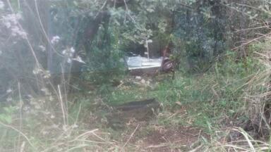 Acidente na PR-466 deixa uma pessoa gravemente ferida - Um carro capotou e caiu em uma ribanceira.