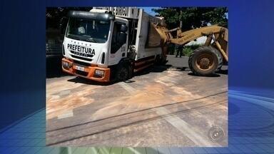 Asfalto cede e caminhão de coleta de lixo da prefeitura afunda em Birigui - Um caminhão de lixo da prefeitura de Birigui (SP) afundou depois que o asfalto cedeu. O incidente foi no bairro Morumbi, durante a coleta de lixo. Duas das rodas do veículo afundaram e o caminhão precisou ser substituído, para não prejudicar o trabalho de coleta. A prefeitura disse que vai arrumar o buraco ainda nesta semana.
