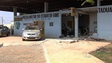 Grupo explode caixas eletrônicos em unidade da PM em Abadia de Goiás - Ação criminosa aconteceu na madrugada desta segunda-feira (5). Após roubo, suspeitos ainda metralharam posto policial; ninguém se feriu.