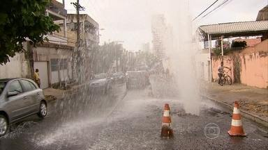 Vídeo registra desperdício de água limpa em Casa Amarela, no Recife - Compesa afirmou que deve resolver o problema ainda nesta terça (6).