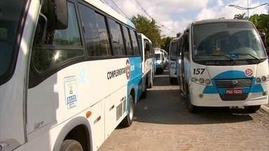Motoristas de transporte complementar gratuito paralisam atividades no Recife - Eles fizeram protesto em frente à prefeitura para pedir pagamento dos salários atrasados.