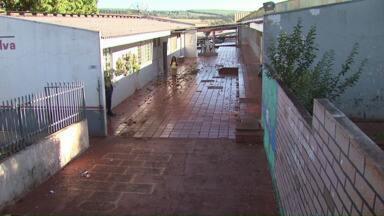Alunos, pais e professores convivem com escola precária em Cascavel - Há 16 anos, a Escola Aníbal Lopes, que fica no bairro Floresta, não recebe uma reforma.