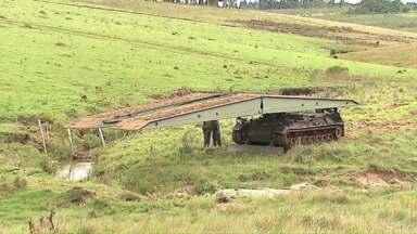 Militares fazem treinamento em Ponta Grossa - Com o auxílio de um tanque de guerra especial, eles conseguem cruzar o rio.