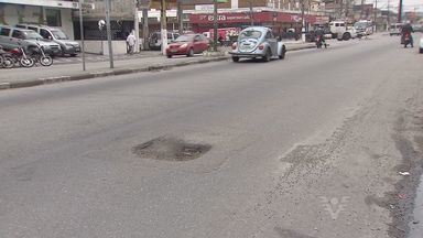 Em São Vicente, motoristas reclamam do excesso de buracos na avenida Antônio Emmerich - A avenida é uma das mais movimentadas da cidade e o excesso de buracos esta incomodando bastante os motoristas que precisam trafegar pelo local.