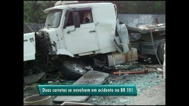 Duas carretas tombam e BR-101 é interditada no Sul do ES - Acidente aconteceu no km 390 da rodovia, em Rio Novo do Sul.Segundo a PRF, não há registro de vítimas.