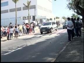 Visita do governador é marcada por protestos de estudantes - Alunos temem as mudanças previstas para 2016 na rede estadual.