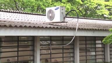 Aparelhos de ar condicionado começam a ser instalados em escolas estaduais em Maringá - Os colégios precisavam de novas instalações elétricas para que os aparelhos pudessem ser colocados