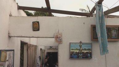 Temporal destelha casas e deixa criança ferida em Itacoatiara, no AM - A força do vento arrancou um outdoor do chão.