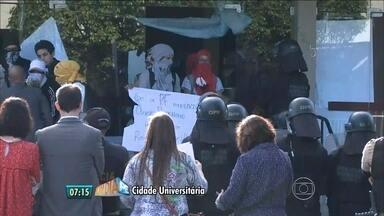 Polícias Federal e Militar cercam reitoria da UFPE para desocupação - Estudantes ocupam prédio desde sábado e afirmam que vão resistir à ação policial