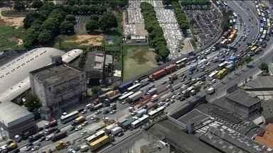 Acidente na Av. Brasil parou o trânsito no Rio - Um ônibus invadiu a pista contrária e bateu em uma moto. O motociclista morreu.