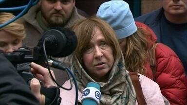 Escritora bielorussa Svetlana Alexiévich recebe o Nobel de Literatura - Ela é jornalista e grande parte da sua obra trata do fim da utopia soviética. Prêmio incomodou o Kremlin, que a acusa de instigar conflito na Ucrânia.