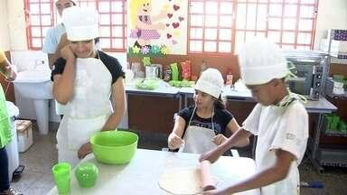 Oficina de pizza anima alunos de Sol Nascente, em Ceilândia - Oficina de pizza anima alunos de Sol Nascente, em Ceilândia.