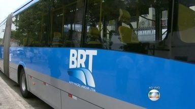Dois ladrões morrem baleados ao anunciar assalto dentro do ônibus do BRT Santa Cruz - Foi por volta das 8h. Um policial estava no ônibus e atirou duas vezes. Ele atingiu em cheio os bandidos. Nenhum outro passageiro ficou ferido. A delegacia de Santa Cruz investiga o caso.