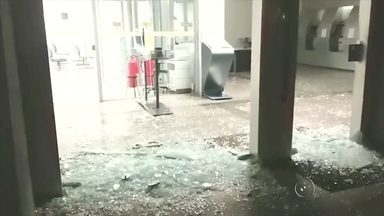 Homem tem ataque de fúria e quebra vidro de agência bancária em Ilha Solteira - Um serralheiro de 30 anos teve um ataque de fúria em Ilha Solteira (SP). Ele quebrou as portas de vidro de uma agência bancária. Os cacos ficaram espalhados na entrada do banco. O homem prestou depoimento, mas vai responder pelo crime de dano ao patrimônio público em liberdade.