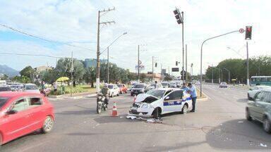 Caminhão e taxi se envolvem em acidente em Vitória, ES - Acidente aconteceu no bairro Goiabeiras.