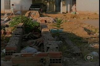 Moradores de um bairro de Salgueiro reclamam de problemas no local - No bairro Nossa Senhora do Perpétuo Socorro, a quadra da comunidade está abandonada e assaltos passaram a acontecer por lá.