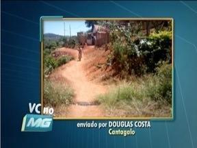 VC no MG: Morador de Cantagalo reclama de rua sem asfalto e com muita poeira - Rua é lugar de tráfego intenso de veículos.