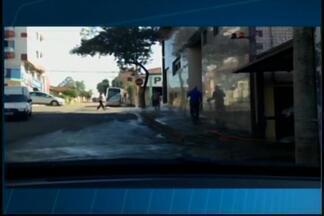 Telespectador faz denúncia de desperdício de água em Divinópolis - Imagens mostram 2 pessoas lavando o passeio, paredes e até o asfalto.