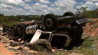 Motorista de caminhão perde controle da direção e veículo sai da pista em Pilar - Acidente aconteceu no km 108 da BR-101. Motorista ficou preso às ferragens.
