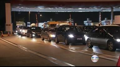 Congestionamento é grande na saída para o feriadão - Já começou a longa e demorada viagem do paulistano para o litoral ou interior. Dois milhões e meio de veículos devem deixar a região metropolitana neste feriadão.