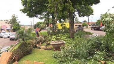 Chuva provoca estragos em Borrazópolis - Moradores passaram a sexta-feira tentando consertar o que foi destruído