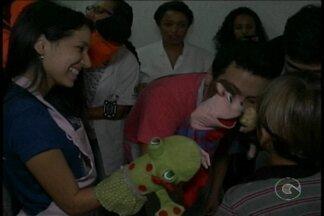 Voluntários do Hospital Dom Malan celebram dia das crianças - As crianças internadas no Hospital Dom Malan receberam a visita dos voluntários da unidade que chegaram com músicas, brincadeiras e presentes