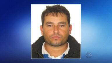 Suspeito de balear mãe e filho em Novo Hamburgo é levado para presídio - Homem, de 36 anos, estava foragido desde 2013 por tentativa de homicídio.