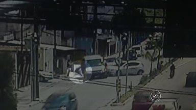 Motorista dorme e bate em van escolar em Jundiaí - A motorista de um carro dormiu no volante e bateu em uma van escolar na tarde desta sexta-feira (9) em Jundiaí (SP). Por causa do acidente, três crianças, o motorista e a ajudante da van foram levados a hospitais com ferimentos leves. A motorista do carro não se machucou.