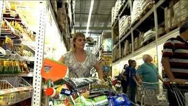 Brasileiros deixam de comprar produtos supérfluos no mercado - Com a crise, alimentos de primeira necessidade ganham mais espaço no carrinho. Consumidores também têm frequentado mais lojas de atacados.