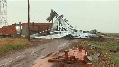 Tornado causa destruição no oeste do Paraná - Na zona rural de Cafelândia, um tornado destruiu lavouras e um aviário. A velocidade dos ventos chegou a 115km/h.