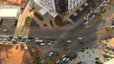 SMT implanta mudanças no trânsito do Jardim Goiás, em Goiânia - Secretaria Municipal de Trânsito vai eliminar conversões à esquerda de alguns semáforos para dar maior fluidez ao trânsito da região. A SMT também vai proibir o estacionamento em alguns pontos.