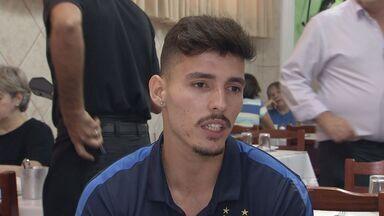 Recuperado de lesão, Zeca vibra com bom momento e sonha fazer história no Santos - Lateral foi convocado para seleção olímpica, mas foi cortado por conta de uma lesão no quadril.